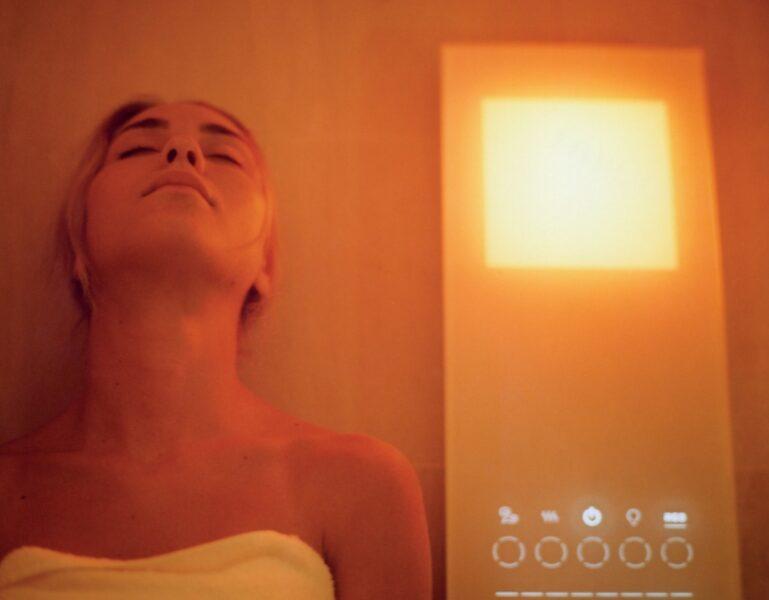 Das Badezimmer der Zukunft: Frau mit Touchscreen im Bad.