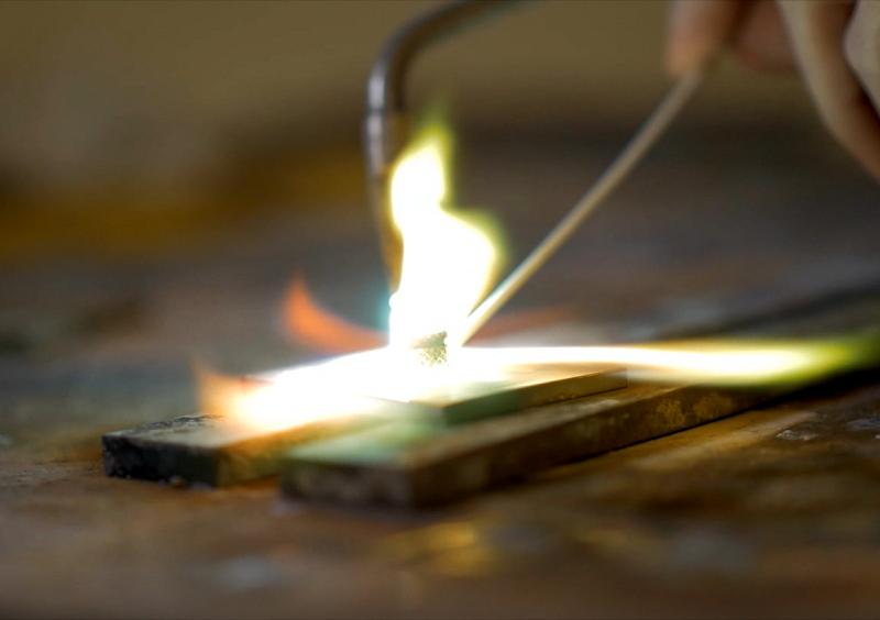 Massgefertigte Glasbeschläge in der Herstellung.