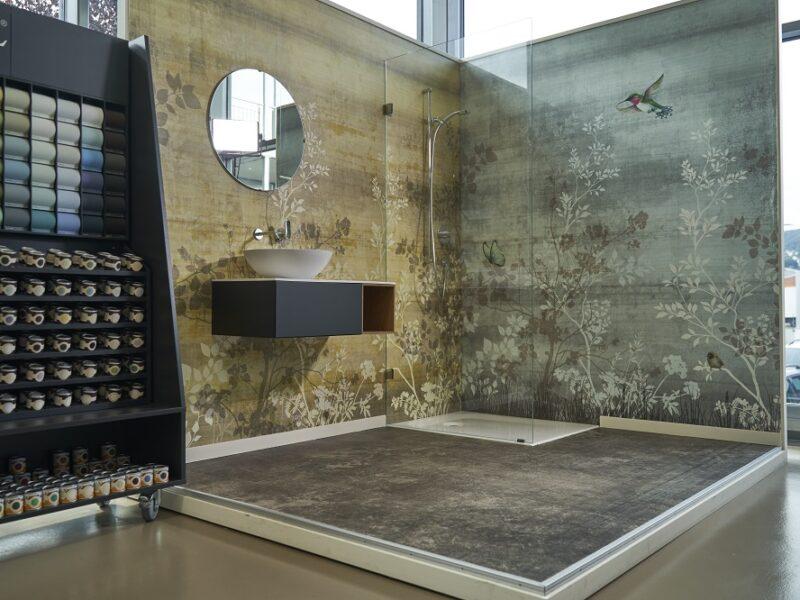 Tapeten im Badezimmer: grosszügige Duschkonstruktion mit Rückwand aus Tapeten.